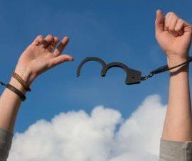 Applicazione della scriminante putativa se il reato commesso è conseguenza di atti arbitrari